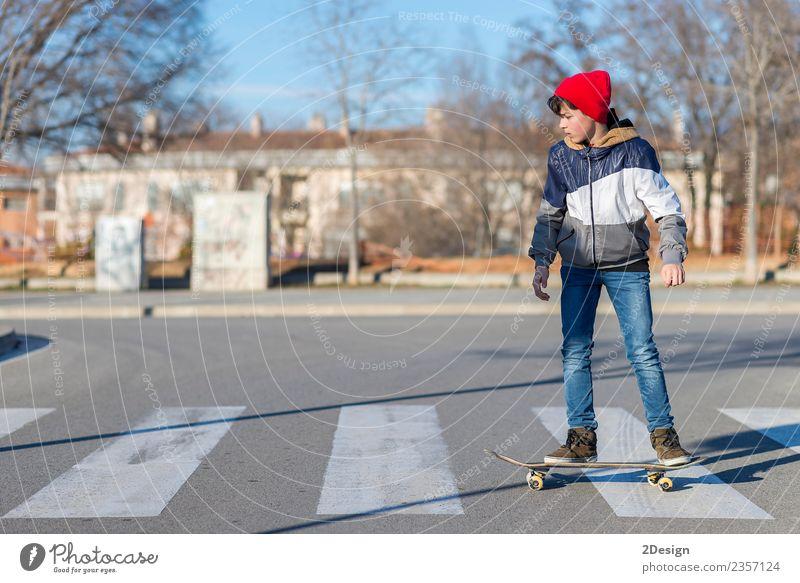 Kleiner Skateboarder, der einen Skateboard-Trick macht. Lifestyle Stil Glück Freizeit & Hobby Sommer Sport Mensch Junge Mann Erwachsene Jugendliche Kultur Natur