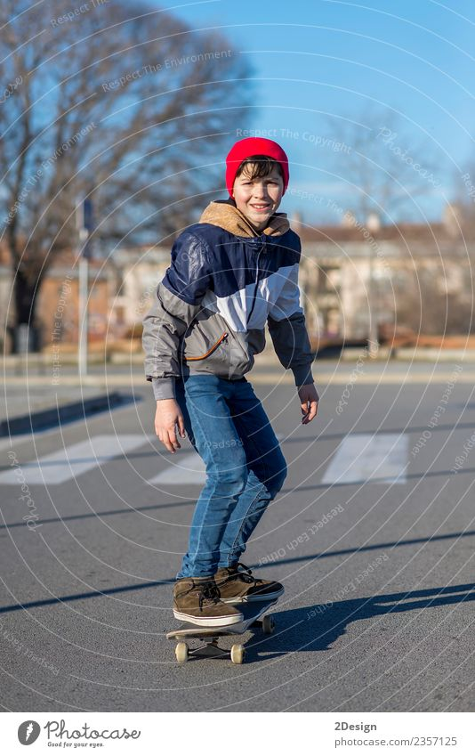 Kleiner Skateboarder, der einen Skateboard-Trick macht. Lifestyle Stil Glück Freizeit & Hobby Sommer Sport Mensch maskulin Junge Mann Erwachsene Jugendliche 1