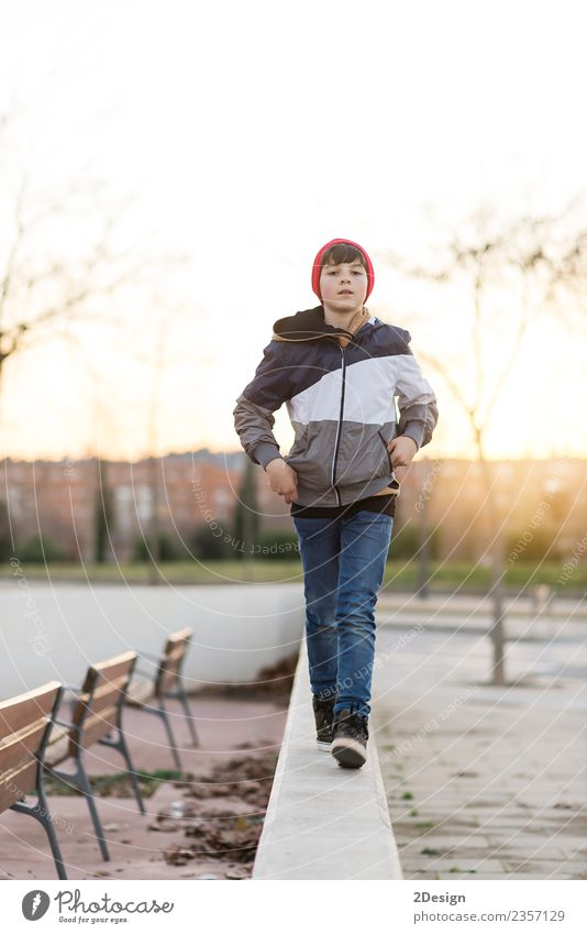 Kind Mensch Natur Jugendliche Mann Blatt Gesicht Erwachsene Lifestyle Herbst Stil Junge Glück maskulin Park nachdenklich
