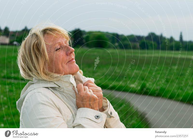 take deep breaths Frau Mensch Natur alt schön grün Landschaft weiß Erholung Erwachsene Frühling Senior Wege & Pfade natürlich Wiese Gefühle
