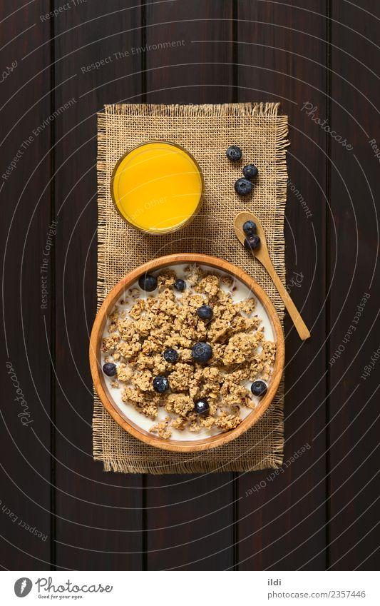 Frühstücksflocken mit Heidelbeeren und Milch Frucht Saft dunkel natürlich Lebensmittel Müsli Haferflocken Blaubeeren trocknen süß gesüßt Gesundheit Mahlzeit
