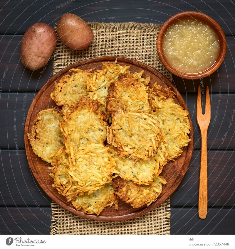 Kartoffelpuffer oder Fritter mit Apfelsauce Gemüse Frucht Vegetarische Ernährung natürlich Lebensmittel Pfannkuchen Pastetchen Mahlzeit Speise Snack Saucen