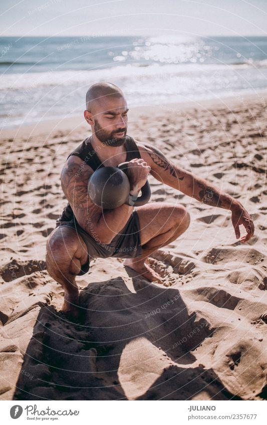 Junger Sportler beim harten Training mit Wasserkocherglocken Lifestyle Körper Mensch Mann Erwachsene Fitness Kettlebell Wasserkessel Sport-Training Glocke