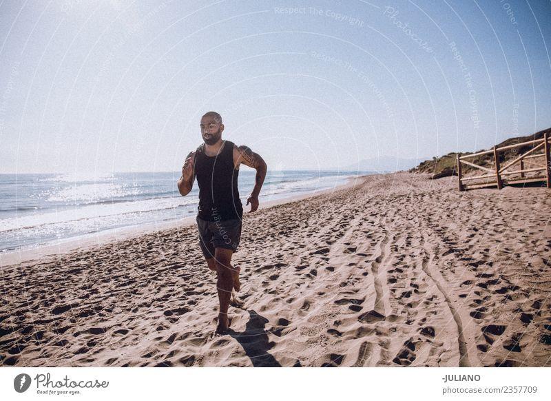 Junger Sportler macht Lauftraining am Strand. Junger Mann Training Fitness Sport-Training hart transpirieren Muskulatur Freude Geschwindigkeit positiv