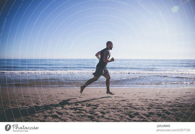 Sportler beim schnellen Laufen am Strand Junger Mann Training Fitness Sport-Training hart transpirieren Muskulatur Freude Geschwindigkeit positiv Gesundheit
