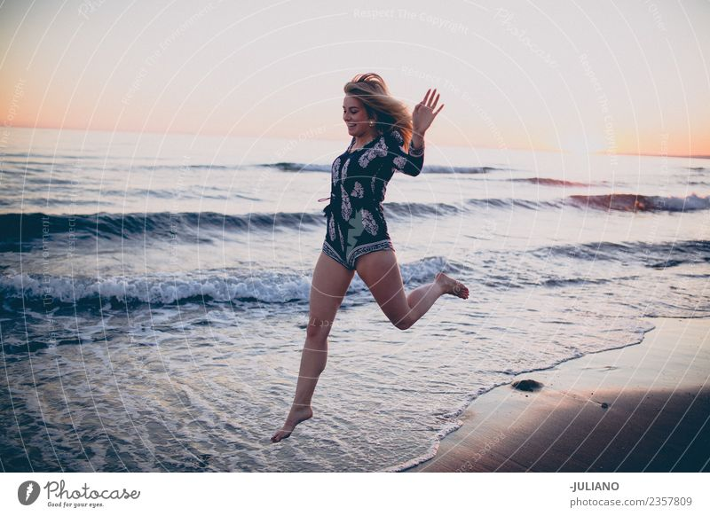 Junge Frau hat eine gute Zeit am Strand. Sonne blond Coolness Abenddämmerung Freude Mädchen Güte lachen Lifestyle Meer retro Sand Lächeln Sommer Sommerfreunde