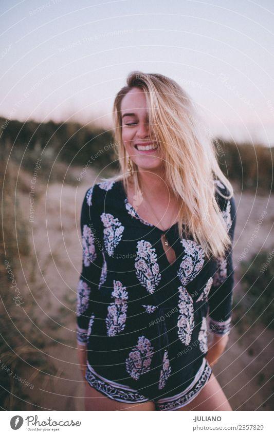 Junge Frau lacht am Strand. Sonne blond Coolness Abenddämmerung Freude Mädchen Güte lachen Lifestyle Meer retro Sand Lächeln Sommer Sommerfreunde
