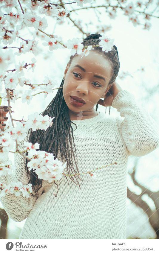 Schöner Frühling Lifestyle schön Gesicht Alternativmedizin Wellness Wohlgefühl Erholung Junge Frau Jugendliche Natur Landschaft Baum Blume Mandelblüte
