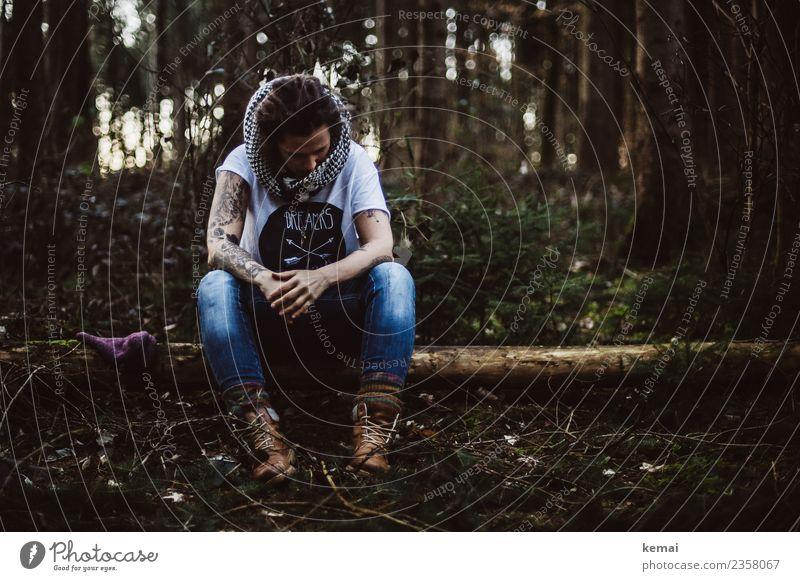 Frau mit Schal auf Baumstamm im Wald. Lifestyle Erholung ruhig Freizeit & Hobby Abenteuer Freiheit Mensch feminin Erwachsene Leben 1 30-45 Jahre Tattoo Natur