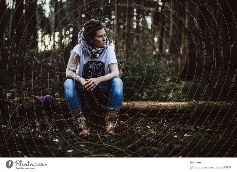 Waldeinsamkeit Frau Mensch Natur Erholung Einsamkeit ruhig dunkel Erwachsene Leben Lifestyle Traurigkeit feminin Stil Freiheit Freizeit & Hobby