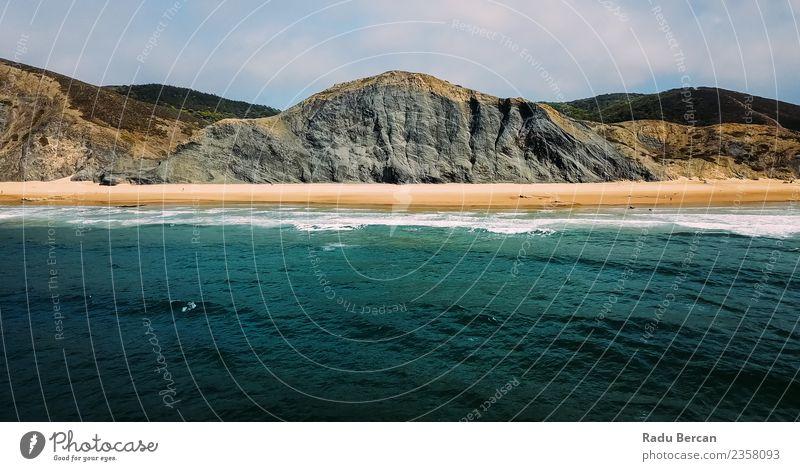 Luftaufnahme der Meereswellen und des Strandes in Portugal Umwelt Natur Landschaft Sand Wasser Sommer Schönes Wetter Hügel Felsen Berge u. Gebirge Wellen Küste