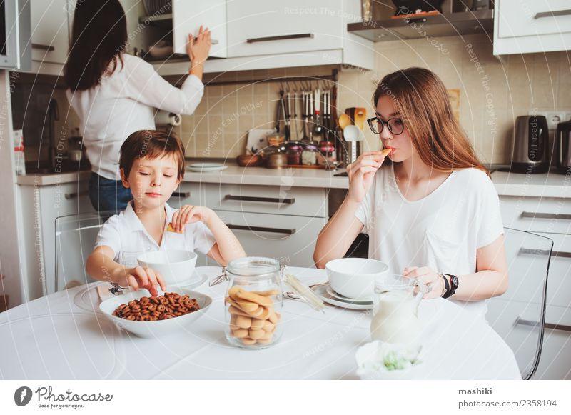 glückliche Familie beim Frühstück zu Hause Tee Lifestyle Freude Glück Leben Küche Kind Mutter Erwachsene Schwester Familie & Verwandtschaft Jugendliche Lächeln
