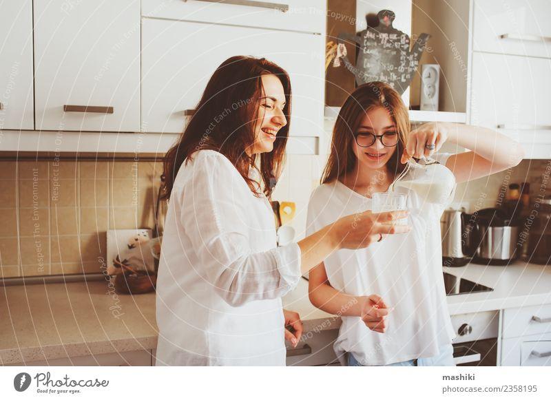 Mutter beim Frühstück mit Teenager-Tochter Lifestyle Freude Küche Kind Erwachsene Schwester Familie & Verwandtschaft Jugendliche Lächeln Umarmen Zusammensein