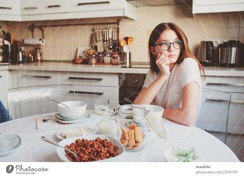 Teenager-Mädchen beim Frühstück Lifestyle Freude Glück Küche Kind Schwester Jugendliche Lächeln Umarmen Zusammensein modern weiß Partnerschaft Fürsorge