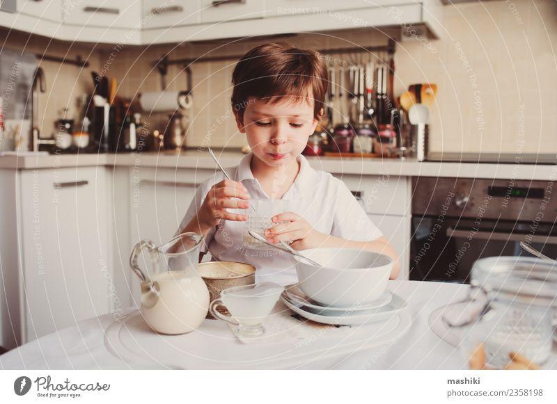 Kind Junge beim Frühstück zu Hause in der modernen weißen Küche Lifestyle Freude Glück Schule Lächeln Zusammensein niedlich Fürsorge Wochenende offen Menschen