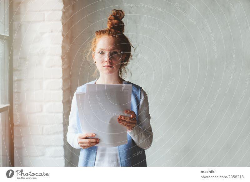 Frau Erwachsene Business Kunst Mode Arbeit & Erwerbstätigkeit modern Kreativität Aktion Studium Beruf Schriftstück Fürsorge Entwurf Architekt forschen