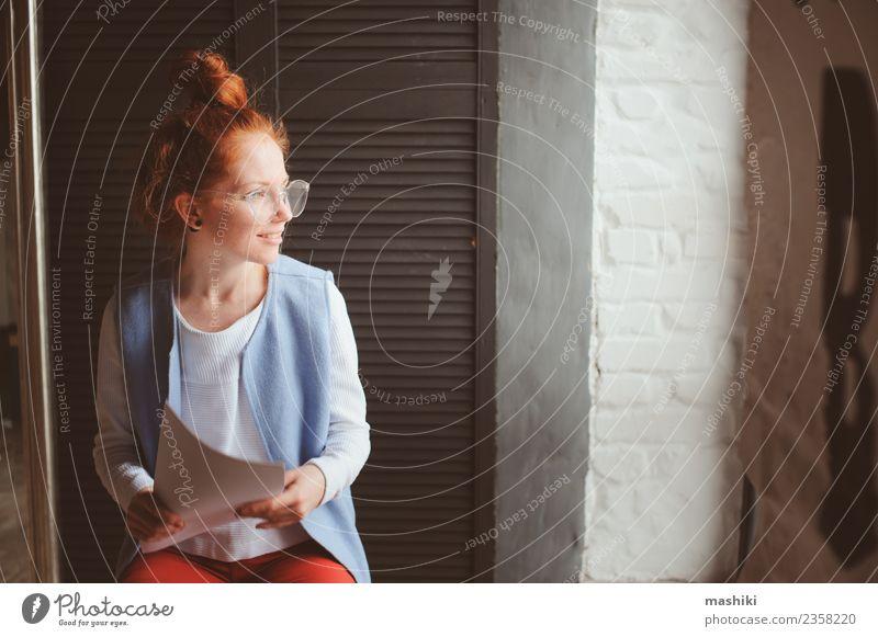 Frau Erwachsene Business Kunst Mode Arbeit & Erwerbstätigkeit modern Technik & Technologie Kreativität Aktion Beruf Schriftstück Entwurf Büroarbeit Architekt