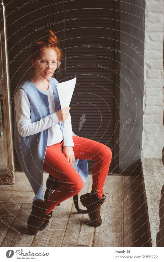 Frau Erwachsene Business Kunst Mode Arbeit & Erwerbstätigkeit modern Technik & Technologie Kreativität Studium Beruf trendy Schriftstück Entwurf Büroarbeit
