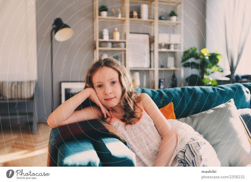 süßes Kind Mädchen entspannend zu Hause Lifestyle Freude Glück Leben Erholung Freizeit & Hobby Spielen Wohnung Kindheit Lächeln bequem heimwärts jung ruhen