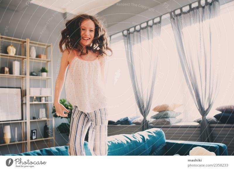 glückliches Kind Mädchen spielt zu Hause Lifestyle Freude Leben Erholung Spielen Wohnung Familie & Verwandtschaft Kindheit springen verrückt bequem heimwärts