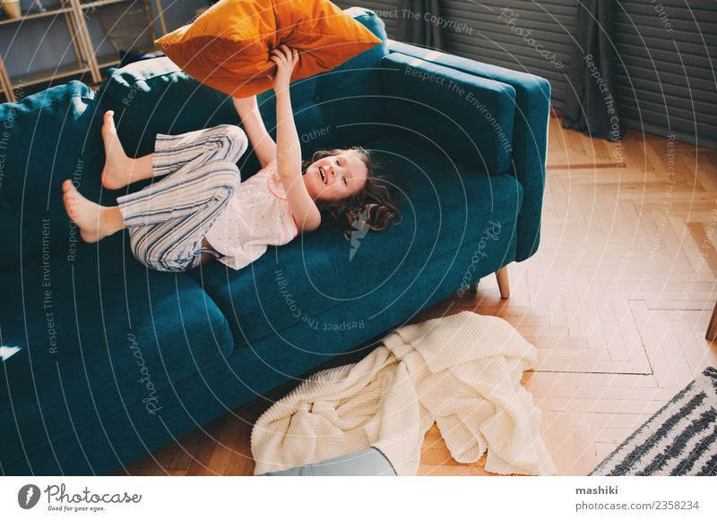 Kind Mädchen hat Spaß zu Hause Lifestyle Freude Glück Leben Erholung Spielen Wohnung Familie & Verwandtschaft Kindheit Lächeln lachen werfen verrückt bequem