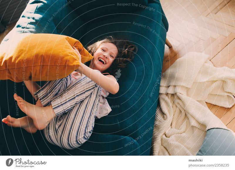 Kind Erholung Freude Leben Lifestyle Familie & Verwandtschaft lachen Glück Spielen Wohnung Kindheit Lächeln verrückt Liege heimwärts werfen