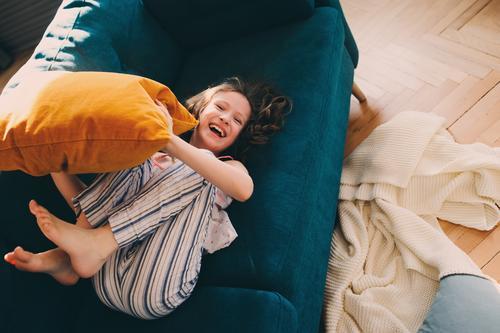 Kind Mädchen hat Spaß zu Hause Lifestyle Freude Glück Leben Erholung Spielen Wohnung Familie & Verwandtschaft Kindheit Lächeln lachen werfen verrückt heimwärts