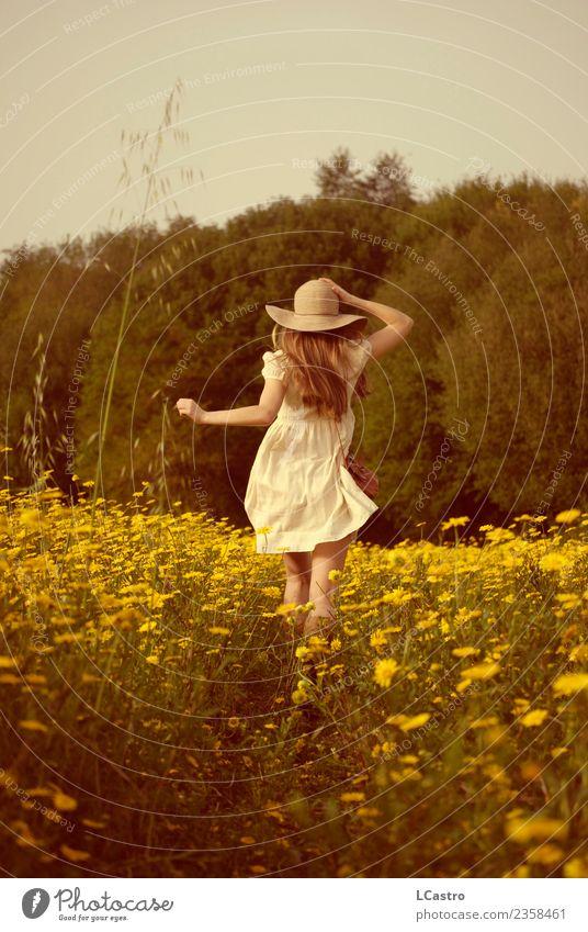 Junge Frau, die in einem Feld von Margeriten läuft. Lifestyle Freude Leben Ferien & Urlaub & Reisen Freiheit Mensch feminin Jugendliche 1 13-18 Jahre