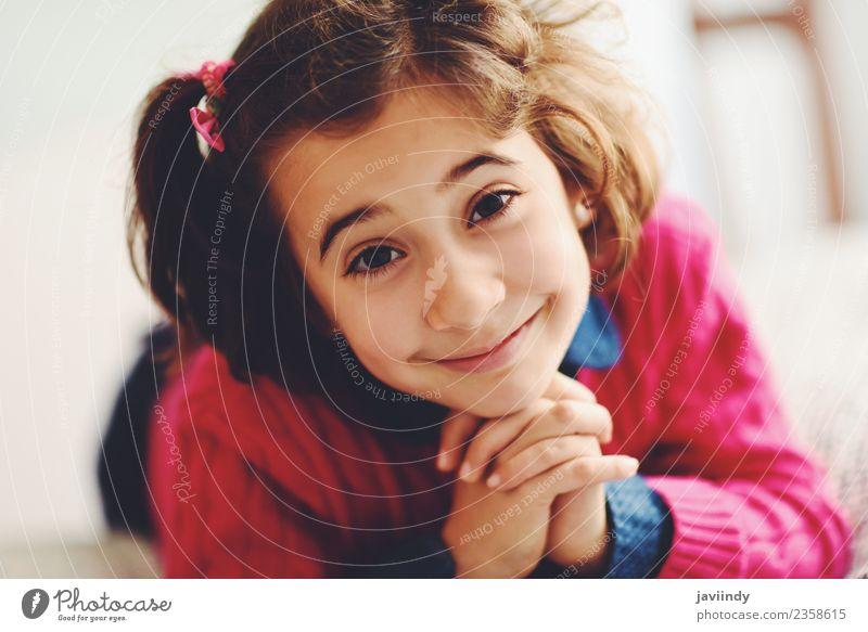 Liebenswertes kleines Mädchen mit süßem Lächeln, das auf dem Bett liegt. Freude Glück schön Gesicht Kind Mensch Frau Erwachsene Kindheit 1 3-8 Jahre niedlich