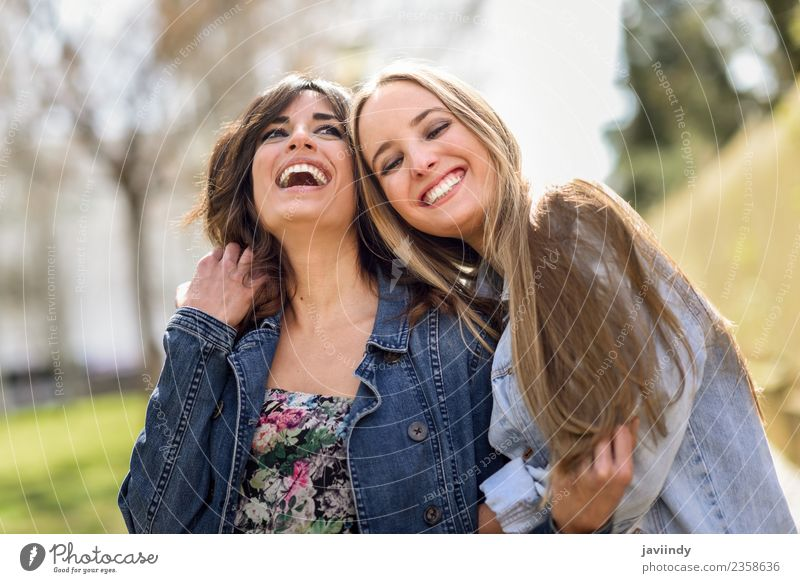 Zwei glückliche junge Frauenfreunde, die sich im Freien umarmen. Lifestyle Freude Mensch feminin Junge Frau Jugendliche Erwachsene Freundschaft 2 18-30 Jahre