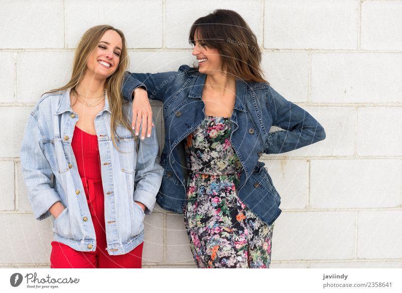 Zwei junge Frauen, die im urbanen Hintergrund lächeln. Lifestyle Stil Freude Glück schön Mensch Junge Frau Jugendliche Erwachsene Freundschaft 2 18-30 Jahre