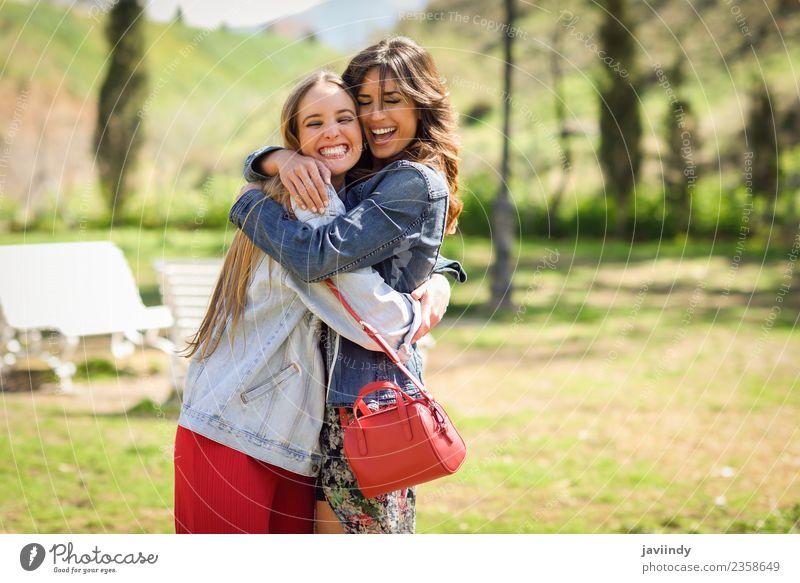 Zwei glückliche Mädchen, die sich im Stadtpark umarmen. Lifestyle Freude Glück schön Mensch Junge Frau Jugendliche Erwachsene Freundschaft 2 18-30 Jahre Park
