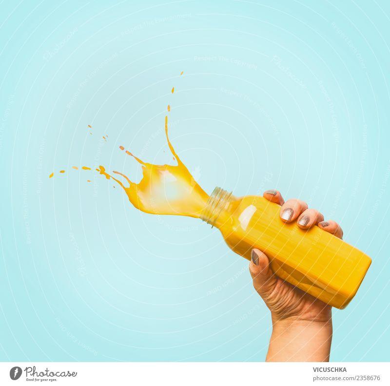 Hand mit gelbes Getränk in Flasche und Platsch Erfrischungsgetränk Limonade Saft Lifestyle Stil Design Gesundheit Gesunde Ernährung Sommer feminin blau