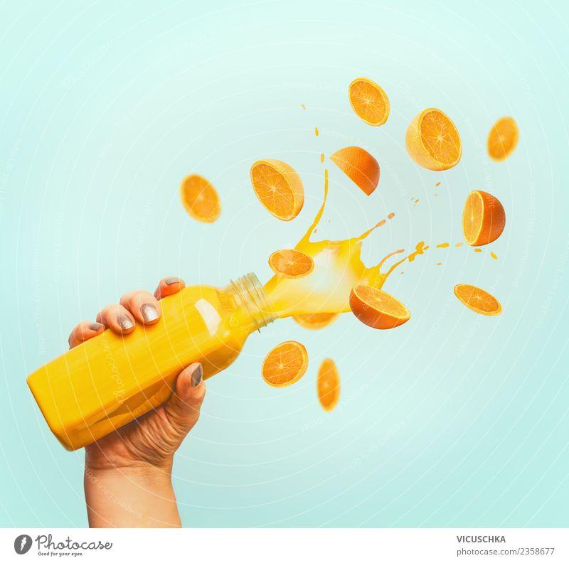 Hand hält Flacshe mit Orangen Saft Frucht Getränk Erfrischungsgetränk kaufen Stil Design Gesundheit Gesunde Ernährung Sommer feminin gelb Vitamin Orangensaft