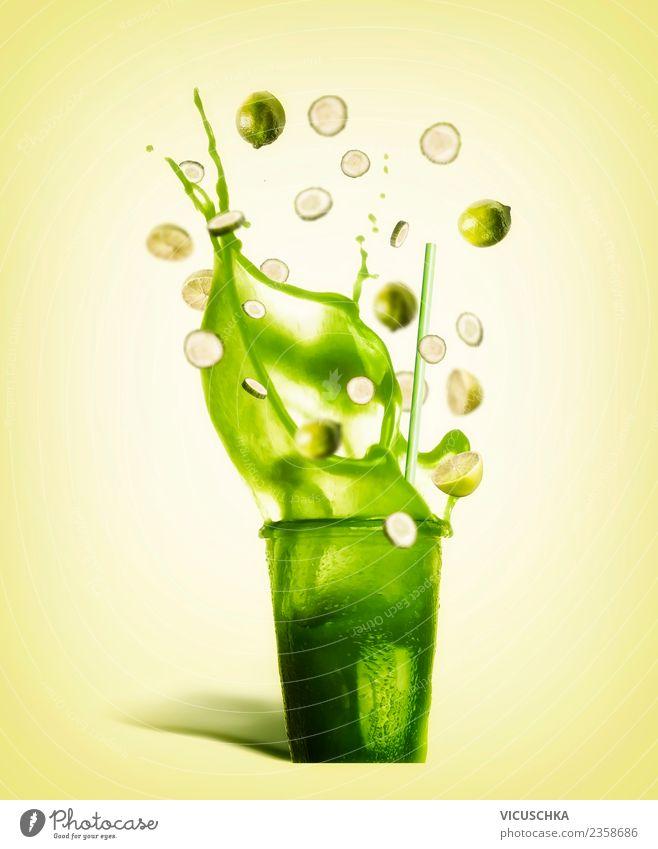Glas mit Trinkhalm und grünem Spritzen Sommergetränk Gesunde Ernährung gelb Stil Design Frucht Coolness Getränk Vitamin Zitrone Durst Erfrischungsgetränk