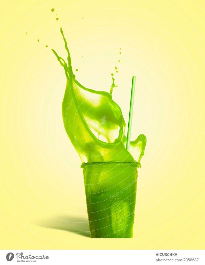 Grüne Sommer Getränk spritzt aus dem Glas Erfrischungsgetränk Limonade Saft Stil Design Gesundheit Gesunde Ernährung Leben Bar Cocktailbar gelb Vitamin Kiwi