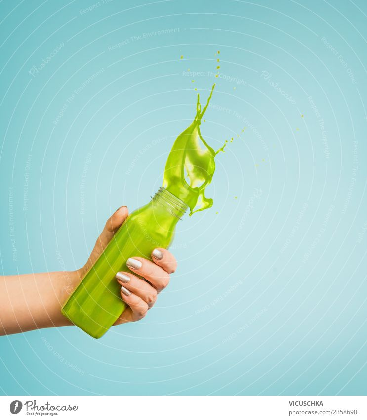 Hand mit grünes Getränk Flasche Spritzer Erfrischungsgetränk Saft Lifestyle Stil Design Sommer Mensch feminin Frau Erwachsene Fitness Milchshake spritzen