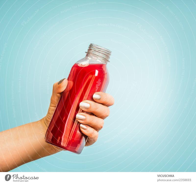 Hand mit Saft oder Smoothie Flasche Getränk Erfrischungsgetränk Limonade Stil Design Gesundheit Gesunde Ernährung Sommer Mensch feminin Frau Erwachsene Vitamin
