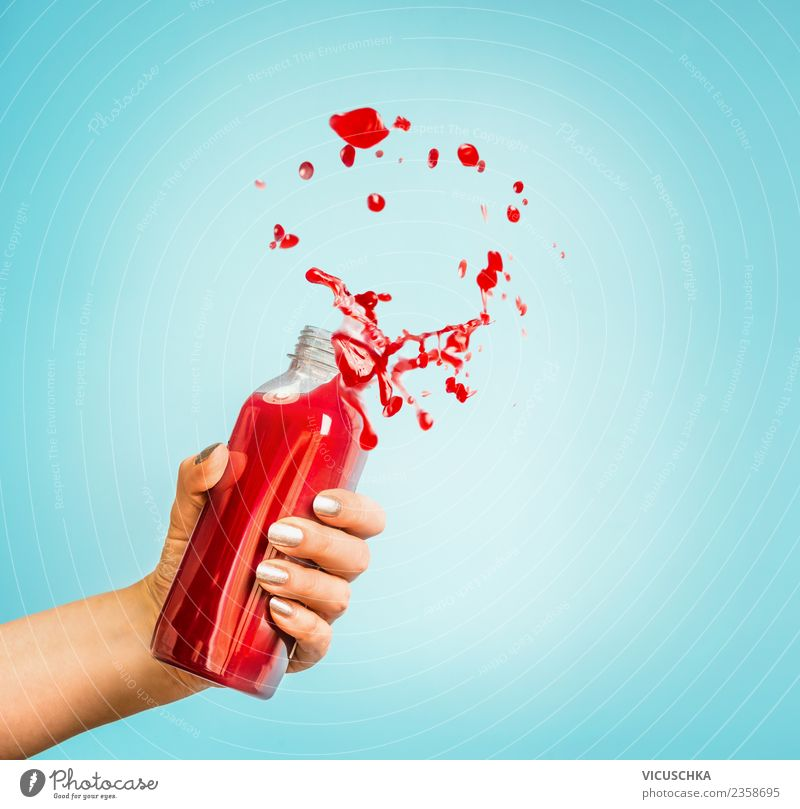 Hand mit roter Saft oder Smoothie Flasche Getränk Erfrischungsgetränk Lifestyle kaufen Stil Design Gesundheit Gesunde Ernährung Sommer Mensch feminin Frau