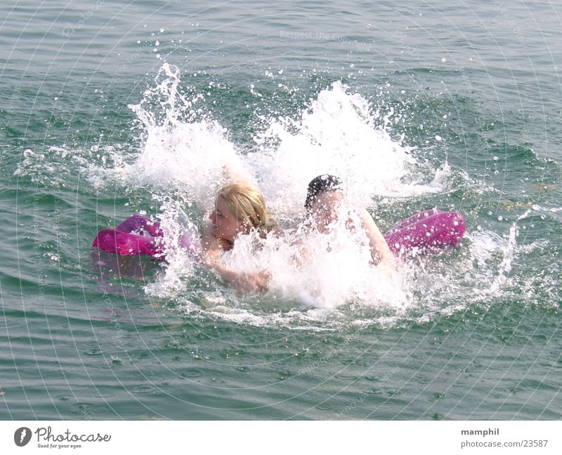 Plantschen im Gardasee Frau Wasser Sonne Meer Sommer See Wellen Schwimmen & Baden Schaum Kühlung Italien schäumen Luftmatratze Gardasee strampeln