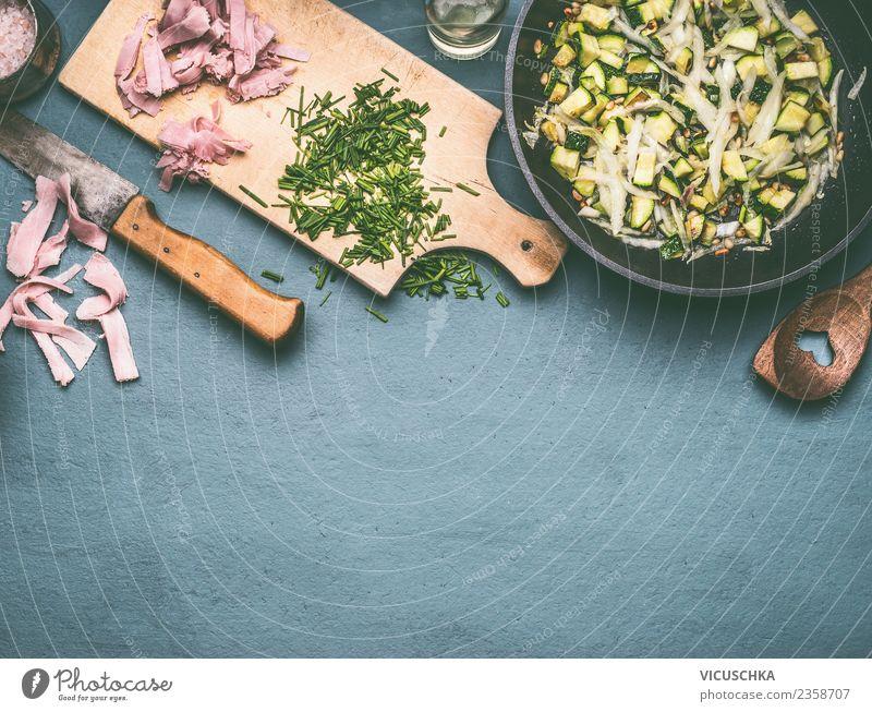Geschmackvolle Zucchini- und Schinkenpfanne zubereiten Lebensmittel Fleisch Wurstwaren Gemüse Kräuter & Gewürze Ernährung Mittagessen Festessen Geschirr Topf