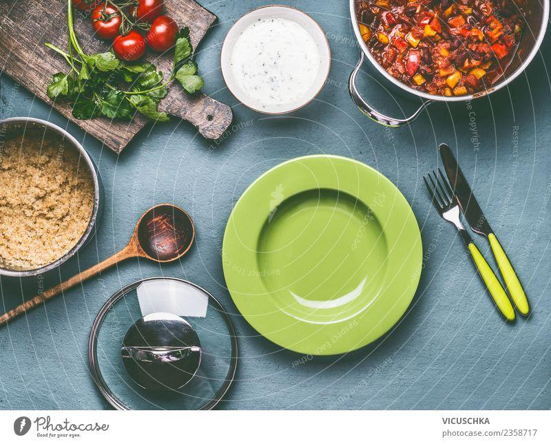 Gesundes vegetarisches Essen mit Quinoa und Bohnen Lebensmittel Gemüse Orange Ernährung Mittagessen Abendessen Bioprodukte Vegetarische Ernährung Diät Geschirr