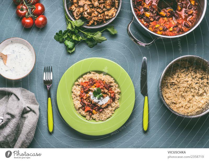 Gesunde Mahlzeit mit Quinoa und Bohnen Lebensmittel Fleisch Gemüse Getreide Ernährung Mittagessen Abendessen Bioprodukte Diät Geschirr Teller Topf Besteck Stil