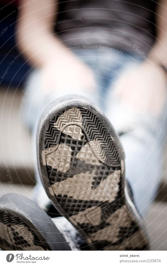 Kuhsohle androgyn Fuß Schuhe sitzen warten trashig schwarz weiß Coolness Gelassenheit geduldig ruhig Trägheit Zufriedenheit Erholung Detailaufnahme