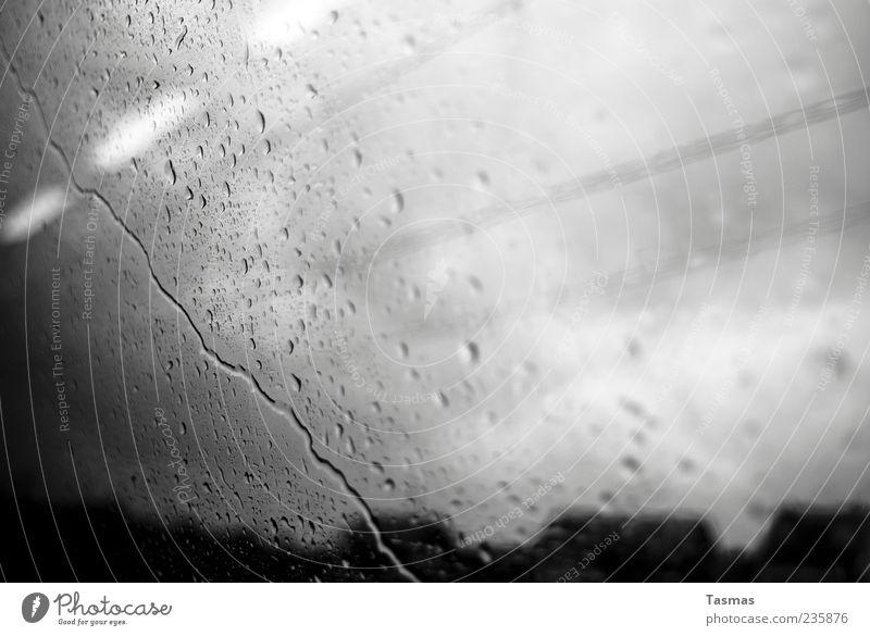Rainy Mood Wetter schlechtes Wetter Unwetter Regen kalt Scheibe Glas Fensterscheibe Abteilfenster Wassertropfen Bahnfahren Schwarzweißfoto Nahaufnahme abstrakt
