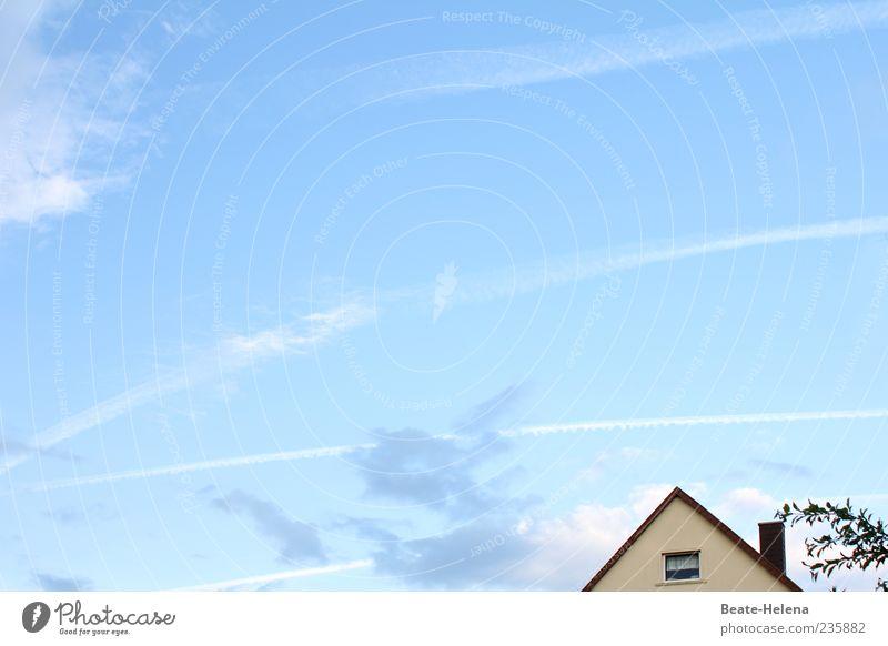 Ein himmlischer Tag! Haus Umwelt Himmel Wolken Schönes Wetter Stadtrand Einfamilienhaus Fenster Schornstein Blick Häusliches Leben schön blau weiß Stimmung