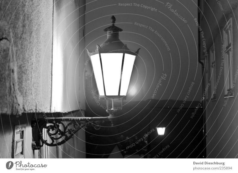 Marburger Nacht Haus Bauwerk Gebäude Mauer Wand Fassade alt schwarz weiß Lampe Laterne antik Gußeisen Fenster dunkel Schwarzweißfoto Außenaufnahme