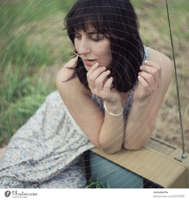 lass mich kurz nein sagen. Mensch Natur Jugendliche schön Sommer Freude Erwachsene feminin Gefühle Gras Glück Denken träumen Zufriedenheit ästhetisch Junge Frau