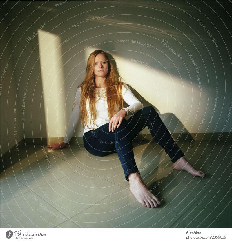 sitzend Jugendliche Junge Frau schön Erholung ruhig 18-30 Jahre Erwachsene feminin Stil Stimmung Wohnung Zufriedenheit modern ästhetisch blond