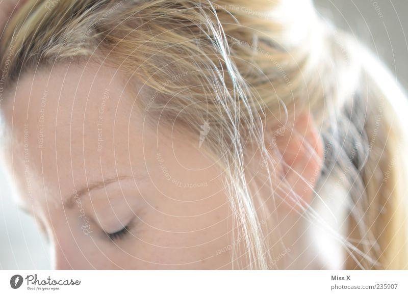 Schlafen Mensch Frau Jugendliche schön Erwachsene feminin Haare & Frisuren blond Junge Frau nachdenklich Tierhaut langhaarig Zopf geschlossene Augen